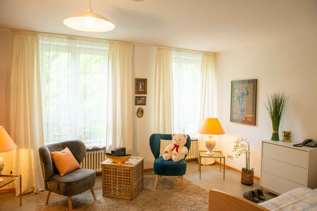 Einzelzimmer mit Pflanzen und eigenen Möbeln
