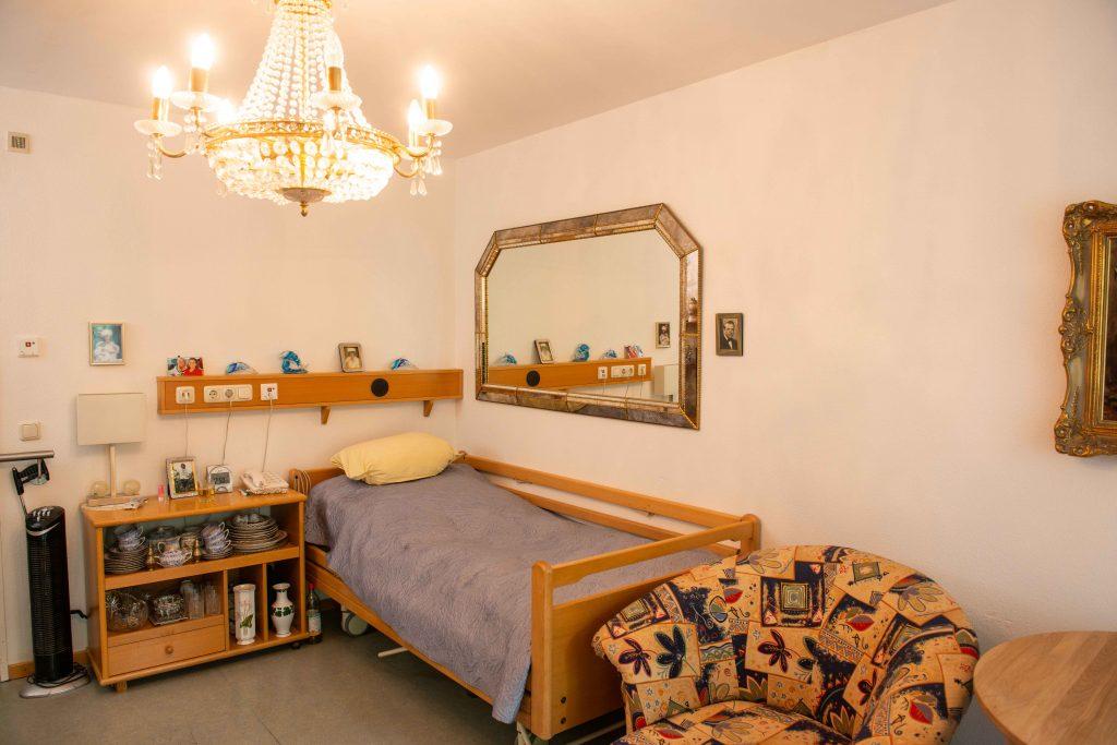 Einzelzimmer mit Geschirrschrank und großem Spiegel