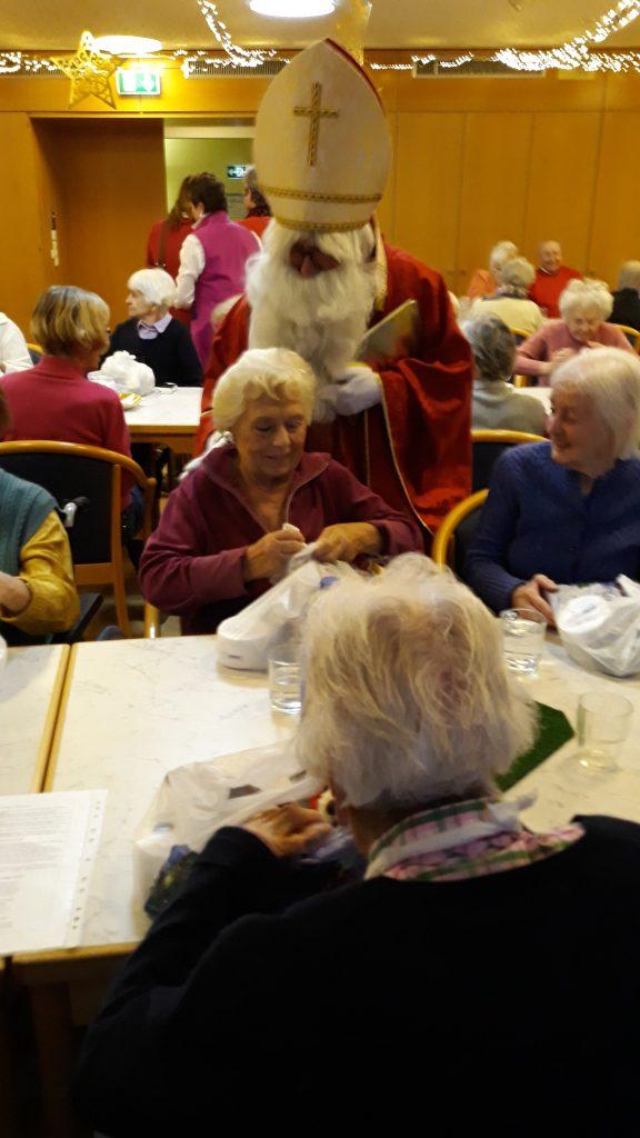 Am Nikolaustag besucht uns selbstverständlich der Nikolaus! Wie jedes Jahr ein großes Highlight für alle Anwesenden.