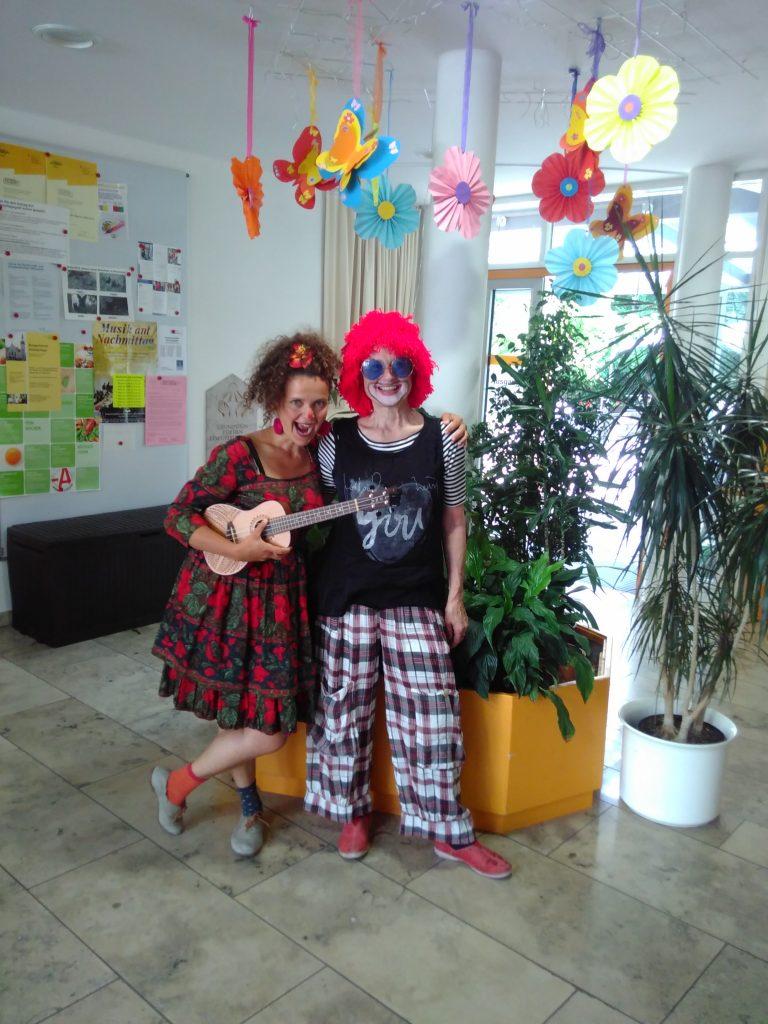 Zwei Clowns mit Mandoline sorgen für gute Unterhaltung